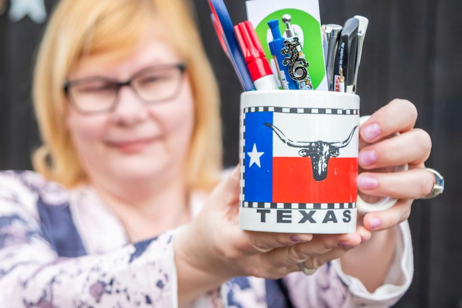 Redakteurin Carla Mattern mit der Tasse aus Texas.