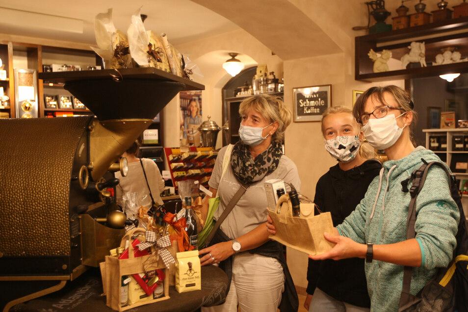 Natürlich kauften Bei Schmole die Leute auch ein - so Sabine Lindner mit ihrer Tochter Saskia und ihrer Schwester Sybille Großmann.