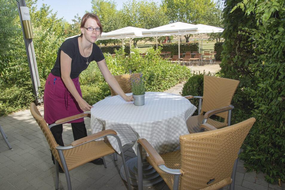 Sybille König deckt im Landhotel Moritz die Tische für die Gäste ein.