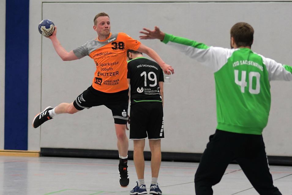 Denny Ilbig (links) war mit zwölf Toren bester Torschütze des VfL Waldheim im Spiel gegen die HSG Sachsenring.