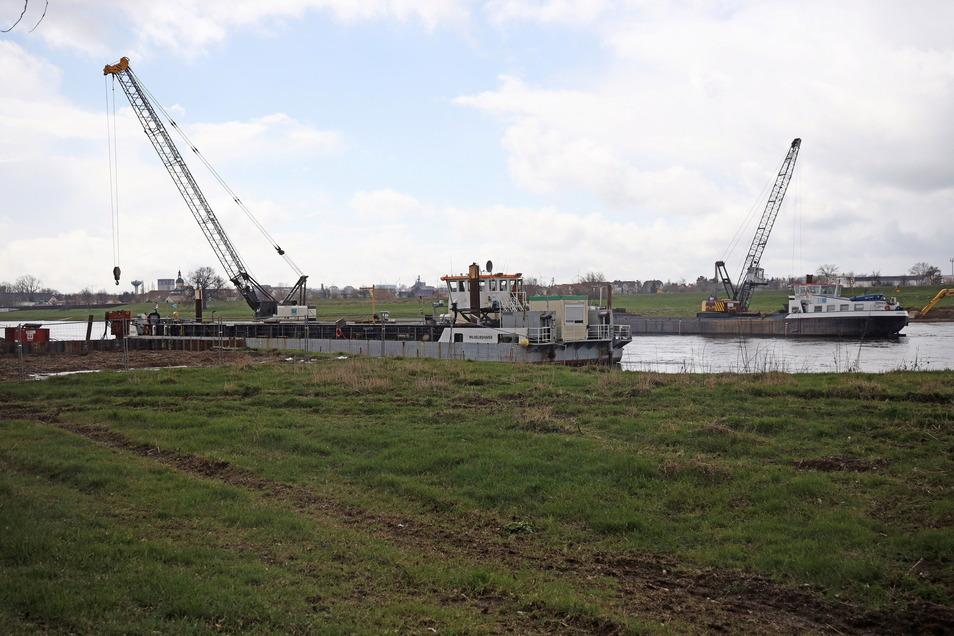 Die Arbeitsschiffe auf der Elbe bei Bobersen gehören mittlerweile zum gewohnten Bild. Im Mai soll dort eine Erdgasleitung in den Fluss gehoben werden. Im Hintergrund sind Teile des Stahlwerks Riesa zu erkennen.