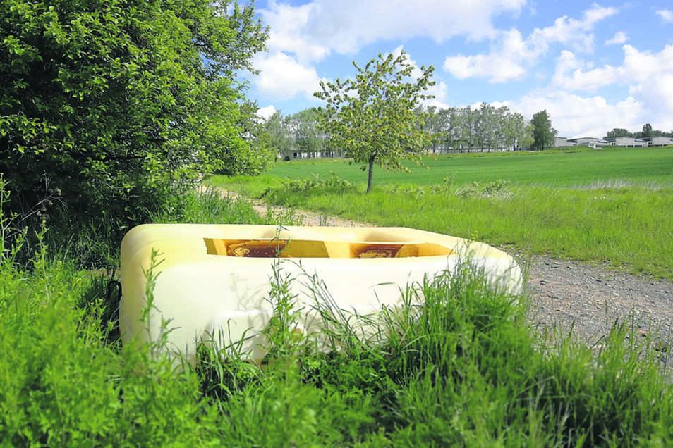 Auf einem Feldweg zwischen B 169 und Döschütz ist dieser Öltank illegal entsorgt worden. Ein Stück weiter wurden Dachwellplatten hingeworfen.