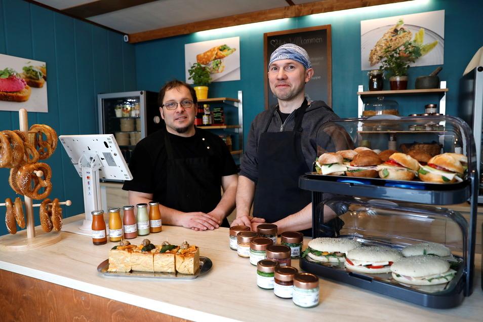 """Jan Peters und Manuel Kuntz haben ihren Laden """"Der GenussSchmuggler"""" in der Lessingstraße in Zittau eröffnet."""