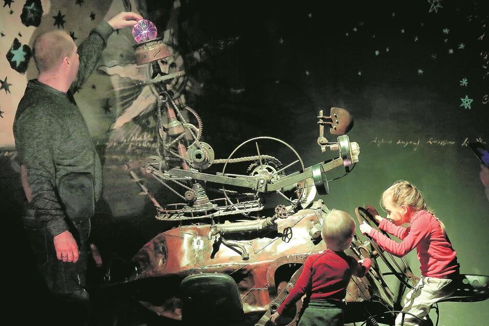 """Im """"Museum der Riesengebirgsgeheimnisse"""" in Karpacz können Kinder ungewöhnliche Zaubermaschinen ausprobieren und mit Beinkraft eine Kugel zum Leuchten bringen."""