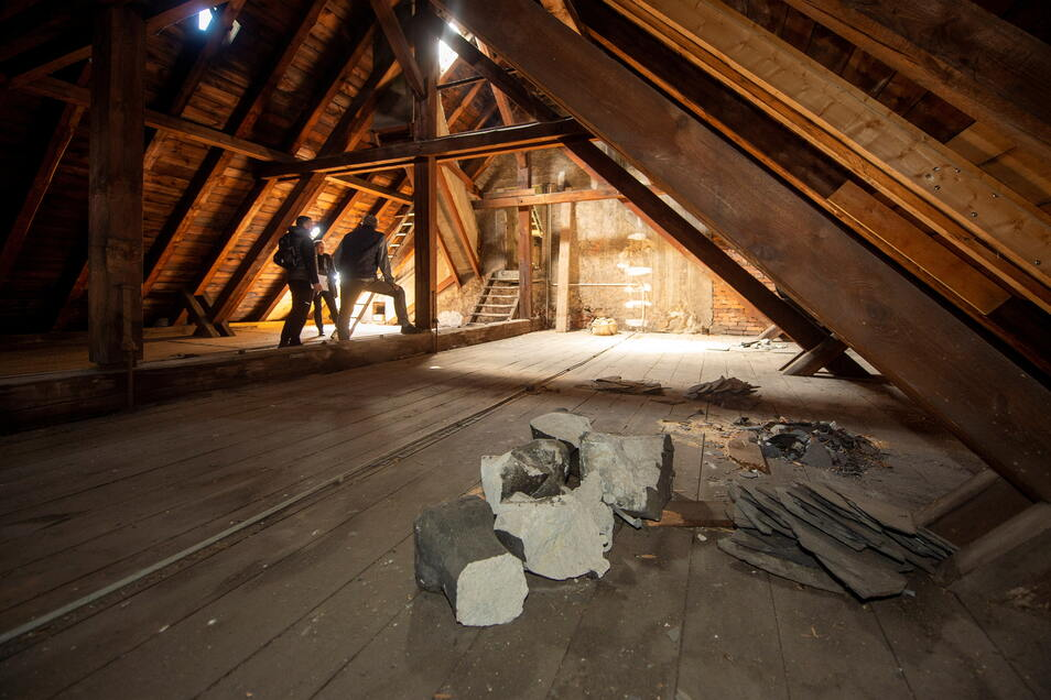 Auf dem Dachboden erkennt Kirchner Toralf Bretschner wiederholt, wo es überall undicht ist. Nicht nur unter den Pappeschindeln, auch die Schieferdeckung hält den Regen nicht mehr ab.