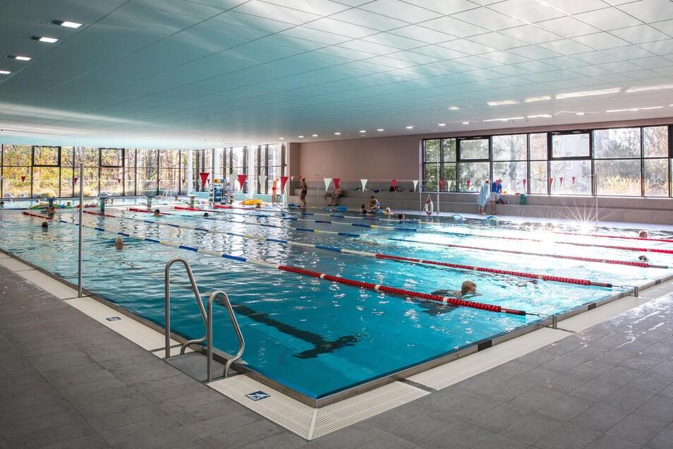 Auch in der Schwimmhalle Bühlau sollen bald wieder die üblichen Zeiten für öffentliches Schwimmen gelten.