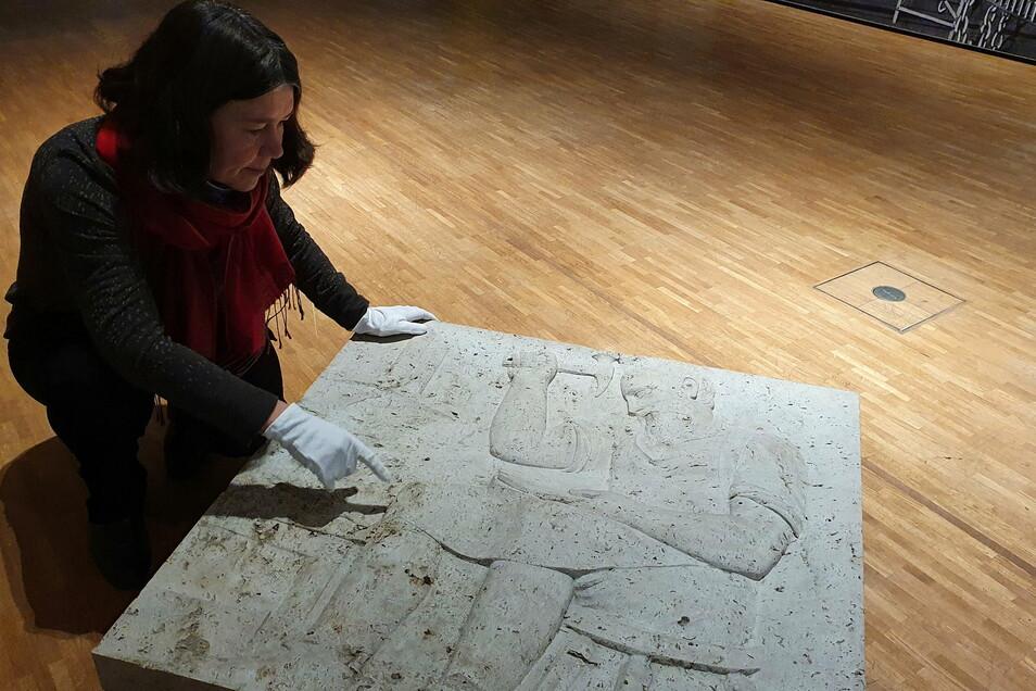 Kerstin Sieblist, Kuratorin für Musikgeschichte am Stadtgeschichtlichen Museum Leipzig, mit einem Teil des Wagner-Reliefs.