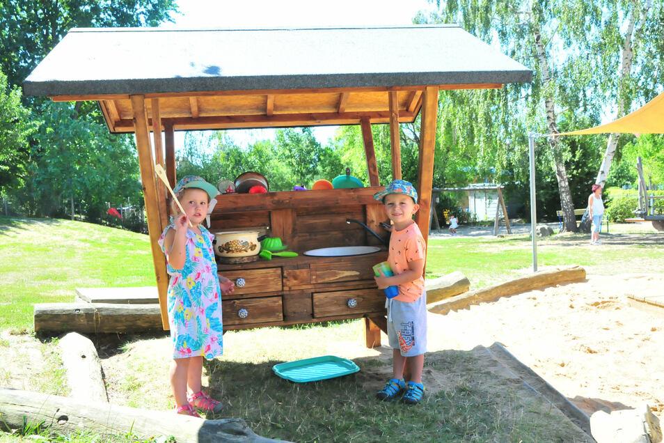 Die neue Sand-Spiel-Küche der Kita Pfiffikus in Großenhain. Die Väter von Luci Winkler (l.) und Nico Striegler haben sie gebaut.