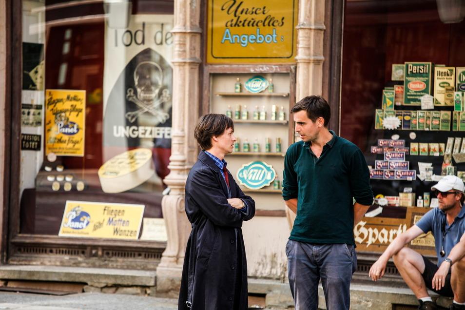 Dreharbeiten auf der Berliner Straße mit Tom Schilling und Produzent Felix von Boehm. Hier wurden leer stehenden Geschäften neues Leben eingehaucht - mit Mode und Waren aus der Zeit der ausgehenden Weimarer Republik..