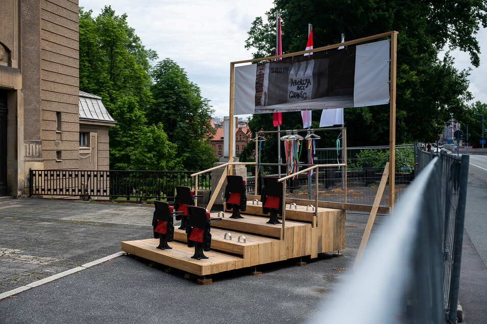 """Das Kunstwerk """"Kulisse"""" von Lisa Maria Baier steht vor der Stadthalle in Görlitz."""