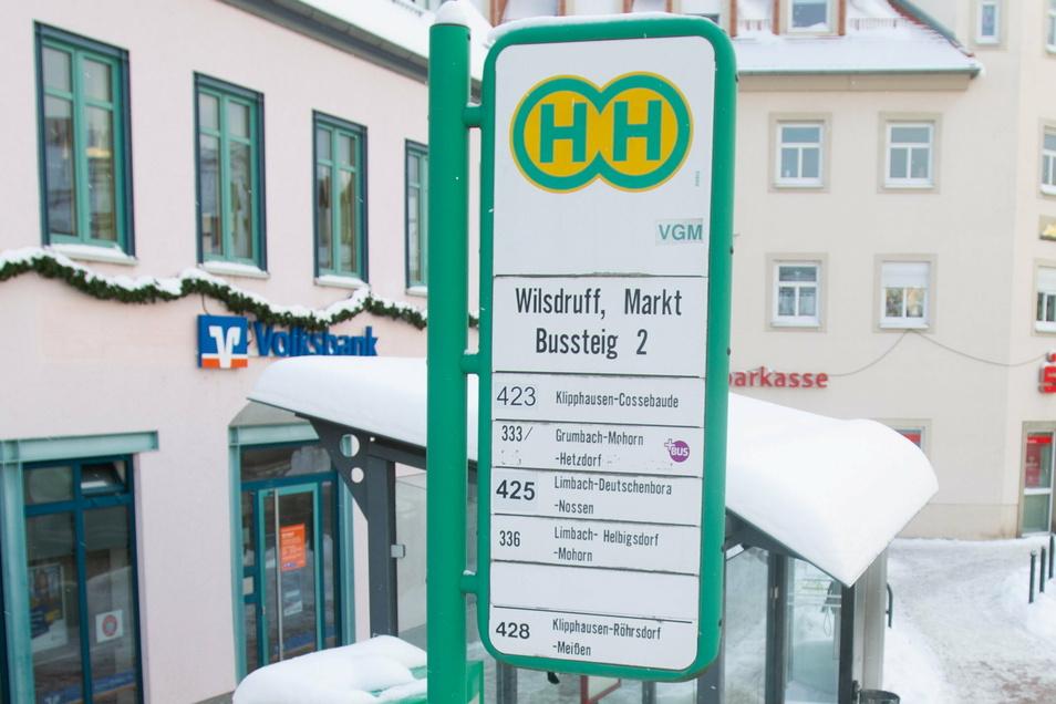 Diese Schilder gehören derzeit noch zur Bushaltestelle auf dem Wilsdruffer Markt. Sie werden durch neue, wartungsärmere Schilder ersetzt.