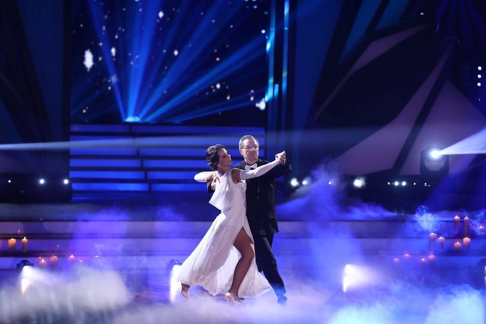 """Jan Hofer und Christina Luft tanzen einen langsamen Walzer zu """"Three Times A Lady""""."""