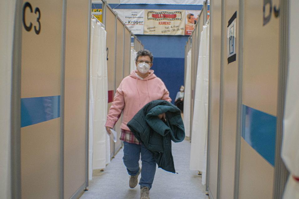 Pflegedienstmitarabeiterin Ute Diesing auf dem Weg zur nächsten Station im Impfzentrum.