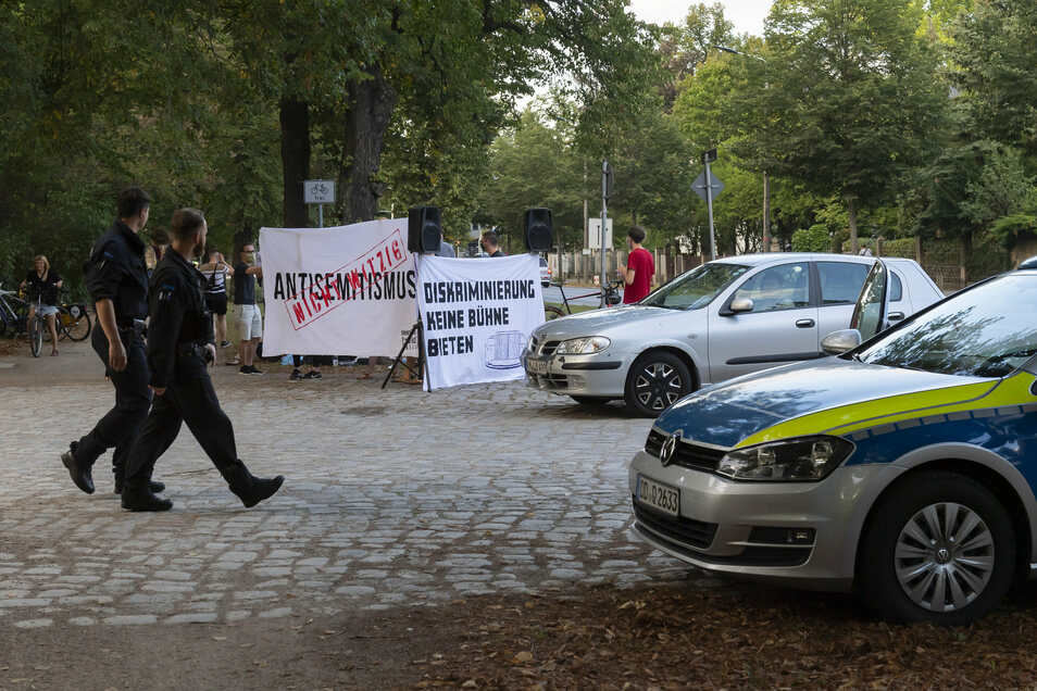 Rund zwei Dutzend junge Menschen, die Lisa Eckhart für rassistisch und antisemitisch halten, protestierten vor dem Auftritt der Künstlerin am Rande des Großen Gartens.