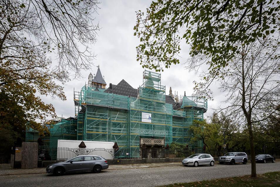 Das Bild zeigt die Villa vor Beginn der Dachsanierung, rechts außen fehlte das Türmchen seit Jahrzehnten.