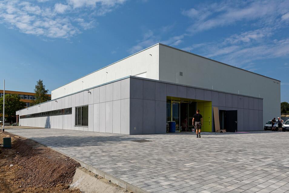 """So sieht die neue Drei-Feld-Sporthalle in Bannewitz """"Am Marienschacht"""" von außen aus."""