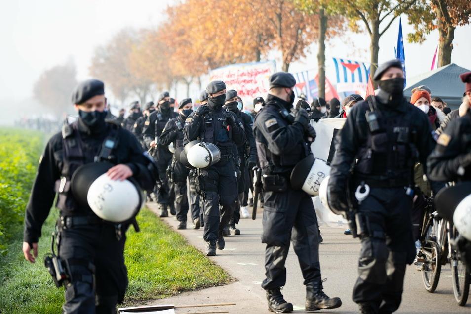 Ein Großaufgebot an Polizisten sichert die Demonstration gegen den AfD-Parteitag.