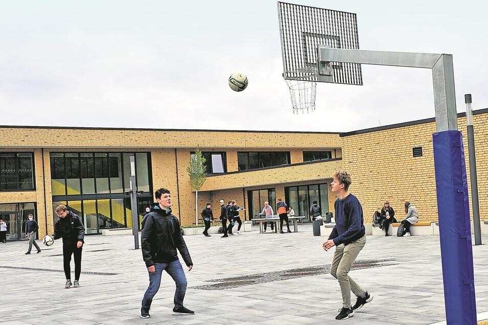 Schüler der 10. Klasse nutzen während der Pausen gern den Basketballkorb im Hof des neuen deutsch-sorbischen Schulzentrums.
