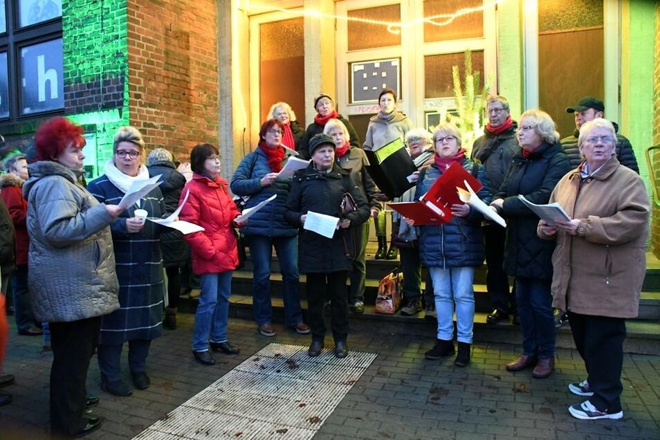 Die Mitglieder des Stadtchores sangen vor dem Volkshaus in der Görlitzer Straße während des verkaufs-offenen Sonntags am 4. Advent in Weißwasser.