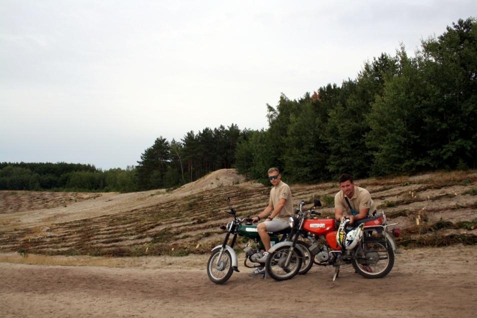Steilhang-Männer der ersten Stunde: Tom Hänchen (li.) und Tobias Kempe. Die beiden gehören zur Organisationscrew des Rennens am Koschendamm, das in diesem Jahr zum letzten Mal stattfinden soll.