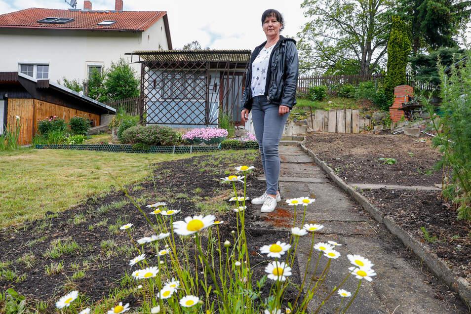 """Vereinsvorsitzende Daniela Seibt in der einzig noch freien Parzelle der Kleingartenanlage """"Zur Sandgrube"""" in Eckartsberg."""