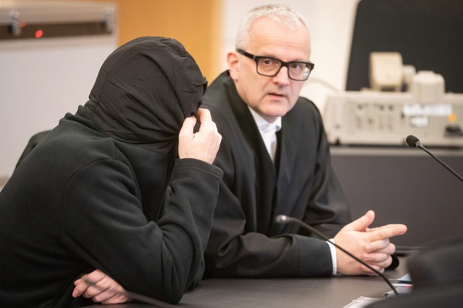 Der Angeklagte Laurent F., hier mit seinem Verteidiger andreas Boine (r.), hat nun eingeräumt, seine Kinder getötet zu haben.
