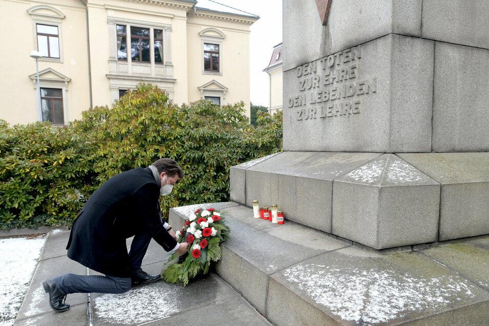 Zum internationalen Holocaust-Gedenktag hat Zittaus Oberbürgermeister Thomas Zenker einen Kranz am Mahnmal am Klienebergerplatz niedergelegt. Coronabedingt fand das Gedenken in diesem Jahr nur im kleinen Rahmen statt.