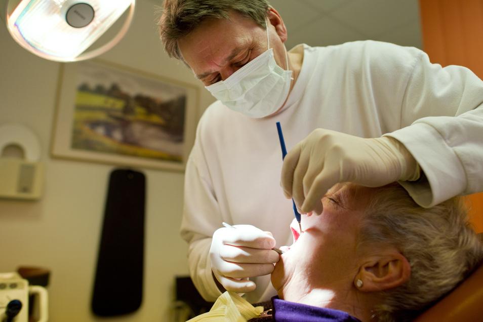 """Keine Entzündungen oder Druckstellen – der Zahnersatz sitzt. Regelmäßige Kontrollen sind auch bei den """"Dritten"""" nötig."""