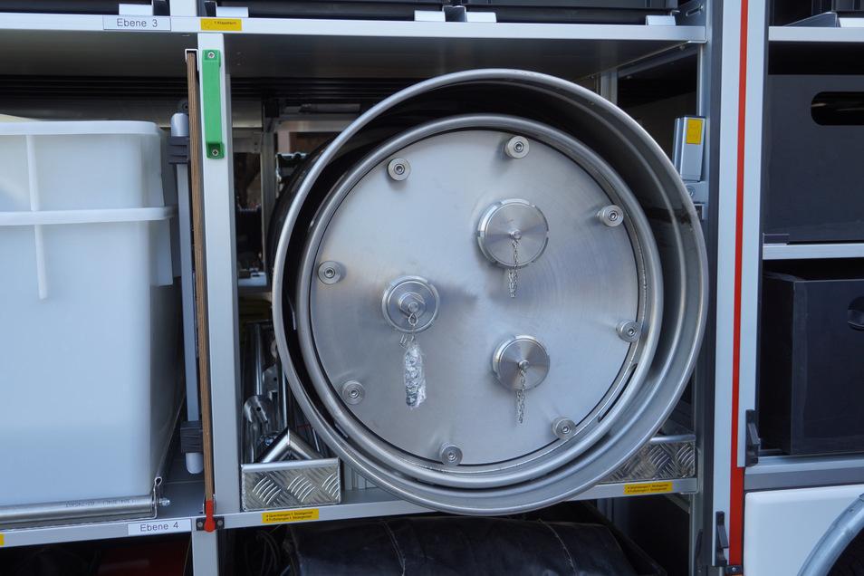 Platz für giftige Chemikalien: ein Edelstahl-Saugbehälter (innen) und ein Bergefass für undichte Fässer (drumrum).