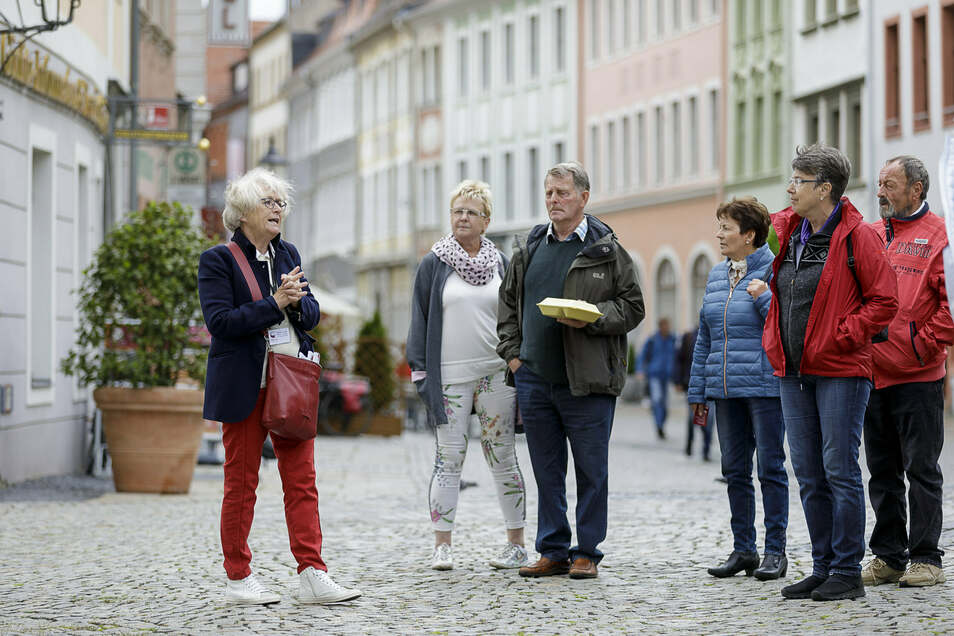 Monika Knechtel führt eine Gruppe Touristen durch die Altstadt von Görlitz.
