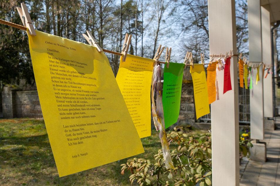 An der Feierhalle in Graupa wurden Zettel mit Mut machenden Botschaften zum Mitnehmen aufgehängt.