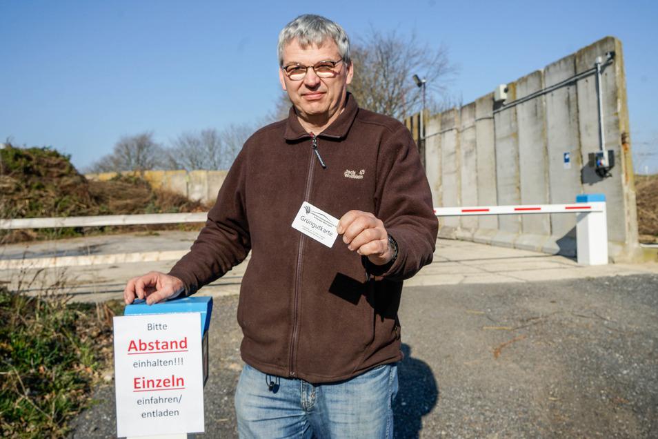 Marco Birnstengel hält seinen Grüngutplatz in Putzkau weiter offen: Denn hier funktioniert die Abgabe der Abfälle kontaktlos.