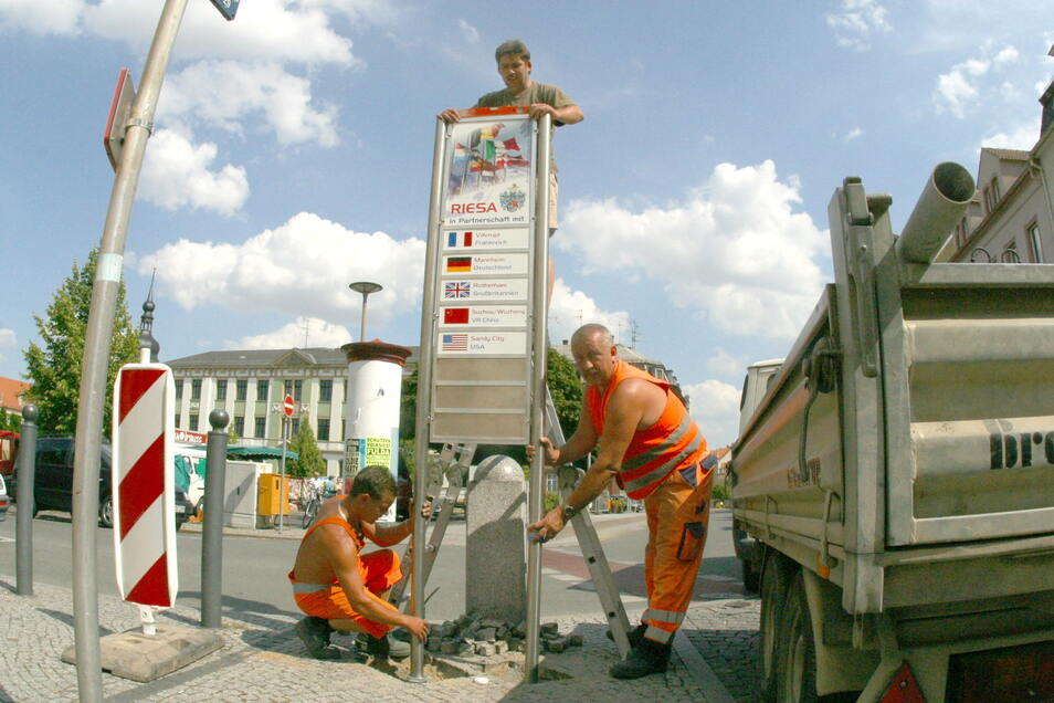 Sichtbares Zeichen für die Riesaer Städtepartnerschaften sind die Stelen auf der Hauptstraße - hier ein Archivfoto von der Aufstellung.