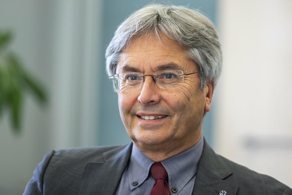 Als Rektor der TU Dresden hat er die Universität seitdem zweimal in den Kreis der deutschen Elite-Unis gebracht. Jetzt geht er in den Ruhestand. Offiziell zumindest.
