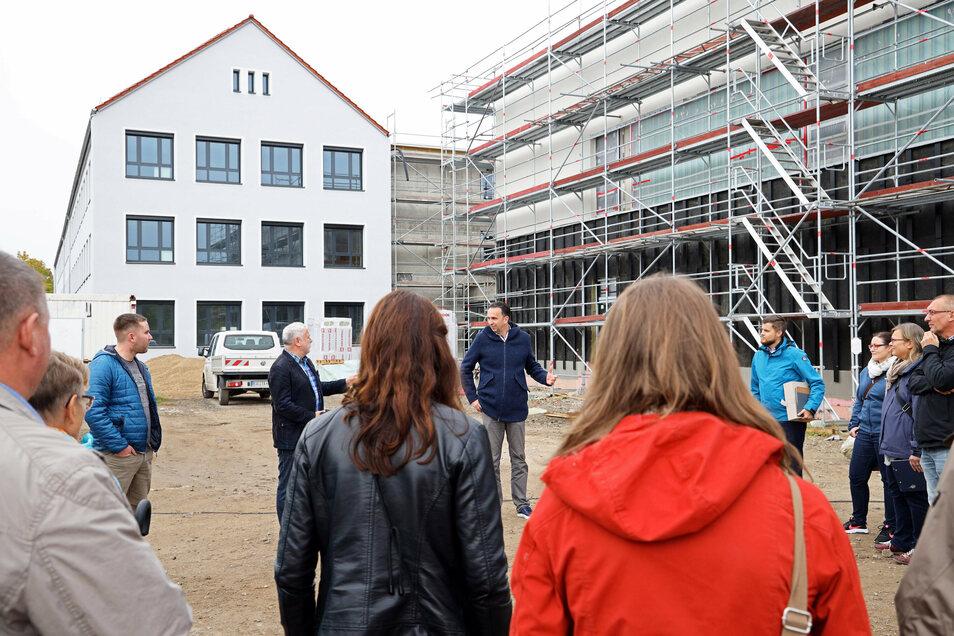 Die Oberschule Am Merzdorfer Park in Riesa ist der selbe Bautyp wie die Kupferbergschule in Großenhain. Riesas OB Marco Müller (M.) stellt das Projekt Großenhains Baubürgermeister Tilo Hönicke (beide CDU) vor.