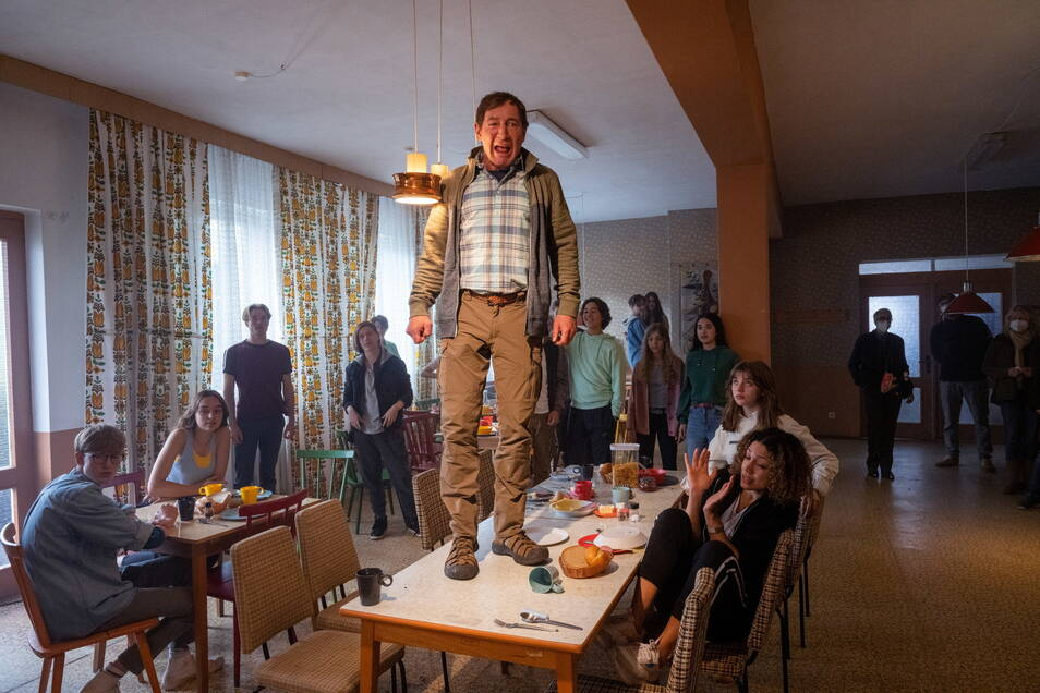 """Der Schauspieler Thorsten Merten (M) als Lehrer Flickendorf probt bei Dreharbeiten zum Film """"Alfons Zitterbacke - chaotische Klassenfahrt"""" am Set in Ueckeritz."""