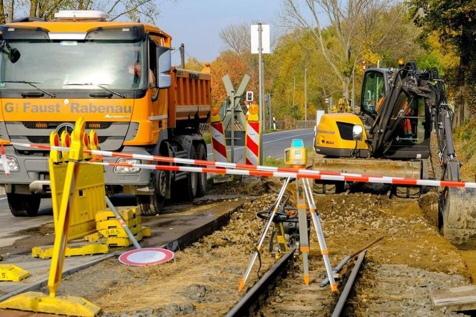 Gleisbau in Berbisdorf. Hier wurde der Bahnübergang für die Lößnitzgrundbahn neu befestigt.