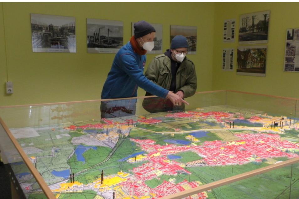 """Für die Krimi-Serie """"Lauchhammer"""" haben die Scouts der Regieassistenz bereits die ersten Drehorte ausgesucht, unter anderem anhand dieses Modells der Stadt. Aber auch in Kamenz waren sie unterwegs."""