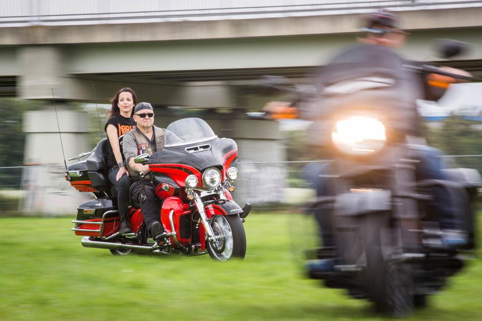 Bei einer Testrunde in der Flutrinne genießt Organisatorin Daniel Hesse selbst das Harley-Gefühl. Am Wochenende hofft sie auf Tausende Harley-Fahrer in Dresden.