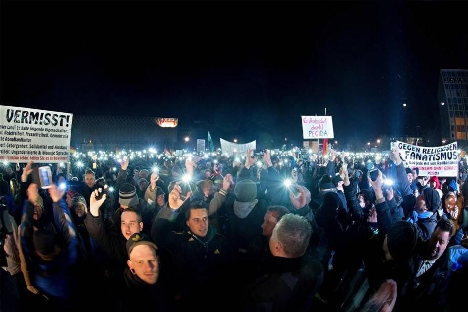 Auch Pegida mobilisierte erneut Tausende Menschen. Im Skaterpark versammelten sich etwa 10000 Teilnehmer zu einer Kundgebung. Es ging wie in den Vorwochen um die vermeintliche Überfremdung Deutschlands, gegen Islamismus und die deutsche Asylpolitik.