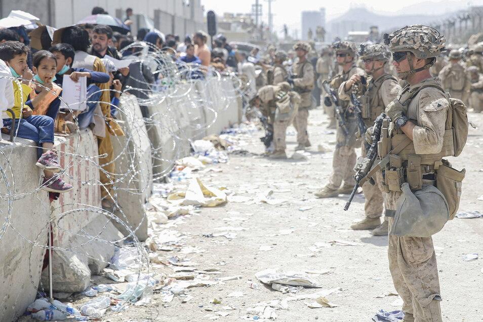 Panik vor den Taliban: Nach der Machtergreifung der Islamisten sichern US-Soldaten den Flughafen in Kabul.