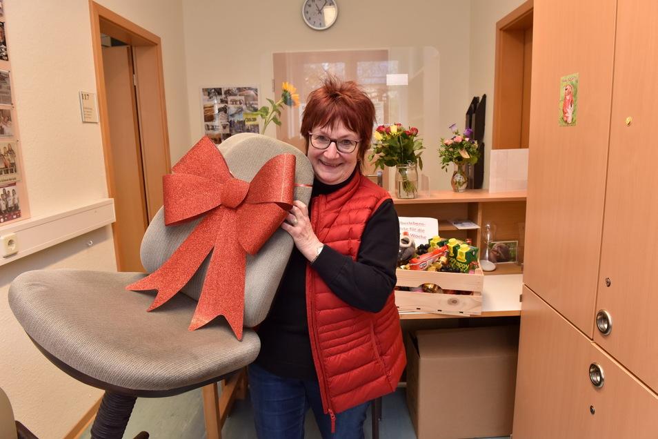 Mit dicker Schleife versehen geht der geliebte Bürostuhl zusammen mit Petra Bachmann in den Ruhestand. Vielleicht sitzt sie jetzt darin, um die Stricknadeln klappern zu lassen.