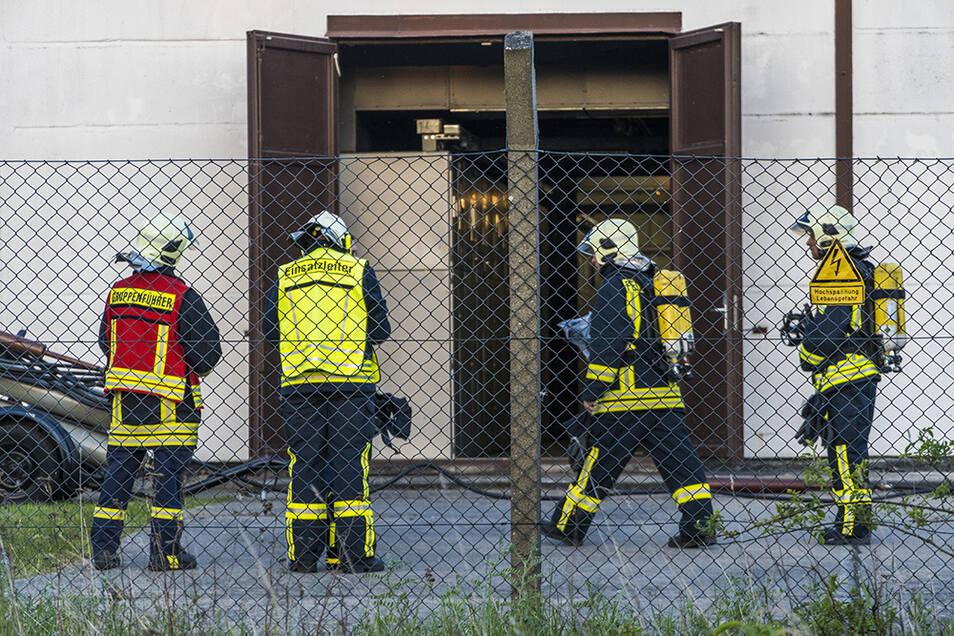 Zunächst lüfteten die Feuerwehrleute den Raum. Anschließend wurde das weitere Vorgehen besprochen.