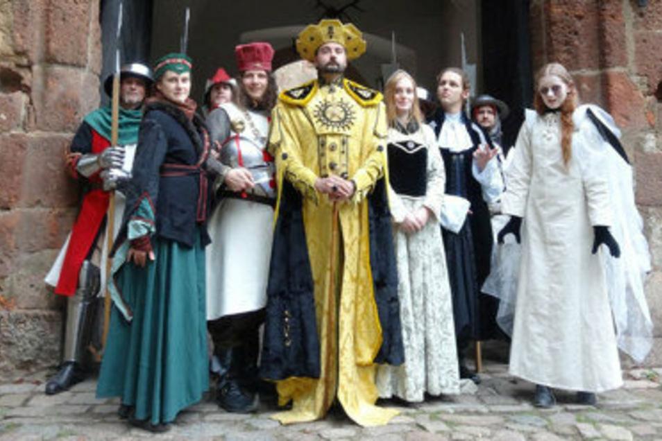 Mitglieder des Vereins Gugelgilde aus Dresden bevölkern am Familien-Erlebnistag die Burg Kriebstein.