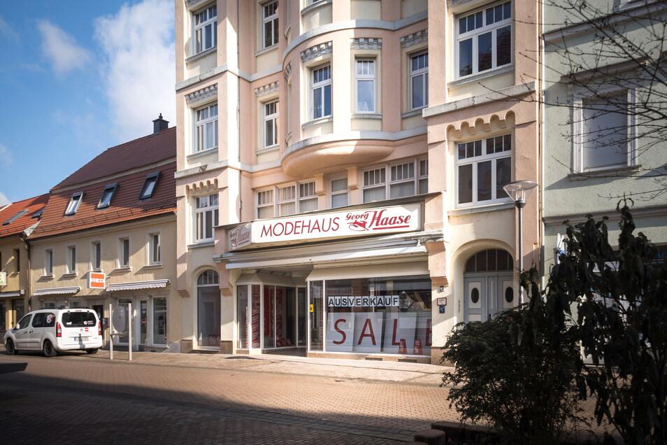 Im Modehaus Haase an der Hauptstraße in Riesa stehen die Zeichen derzeit auf Ausverkauf. Das Geschäft schließt demnächst und zieht sich in sein Frauenhainer Stammhaus zurück.