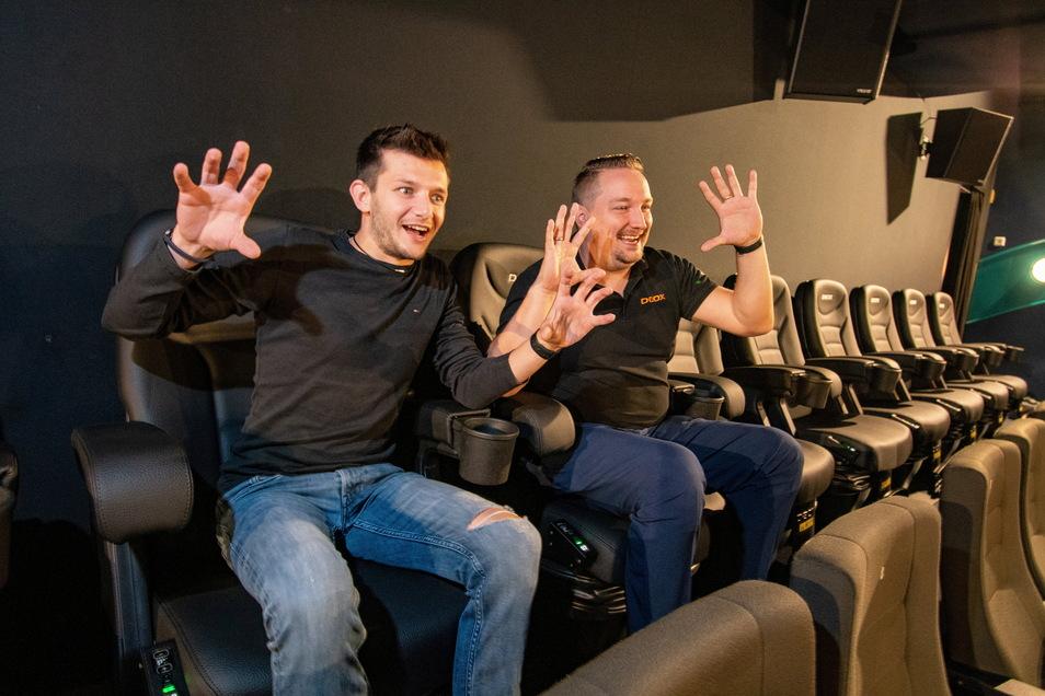 Ein bisschen Spaß muss sein: Kinoleiter Niklas Spitzer (links) und Marcel Sassen von der Firma D-Box in freudigem Erschrecken in den neuen Kinosesseln, die sich in die Kurve legen können.