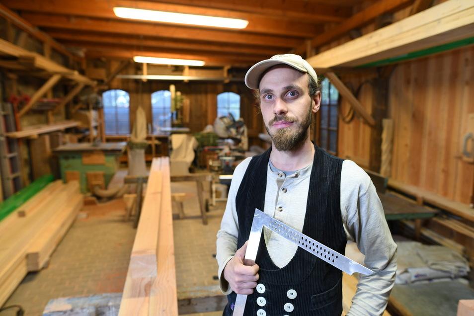 Für Zimmerer - hier Tom Starke aus Kiesdorf - ist es wegen der hohen Nachfrage nicht ganz leicht, fristgerecht an das benötigte Holz zu kommen.