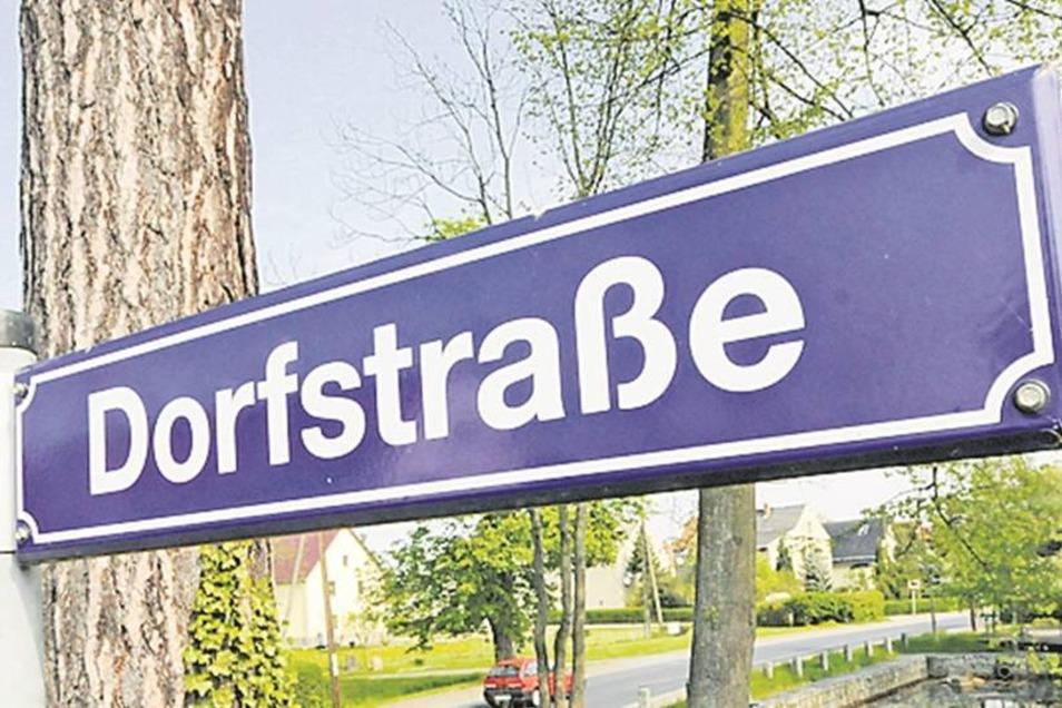 Die Dorfstraße gibt es in Tauscha, Kleinnaundorf, Dobra und auch in Stölpchen. Die Fehlzustellungen, die es deshalb jetzt noch bei der Post gibt, oder falsch fahrende Krankenwagen sollen nach einer Gemeindefusion der Vergangenheit angehören.Fotos: Klaus-D