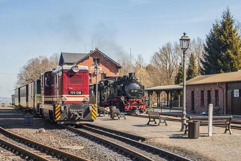 Dampf und Diesel: Die Doppelausfahrt am Bahnhof Bertsdorf wird vorerst das Bild bei der Zittauer Schmalspurbahn bestimmen.