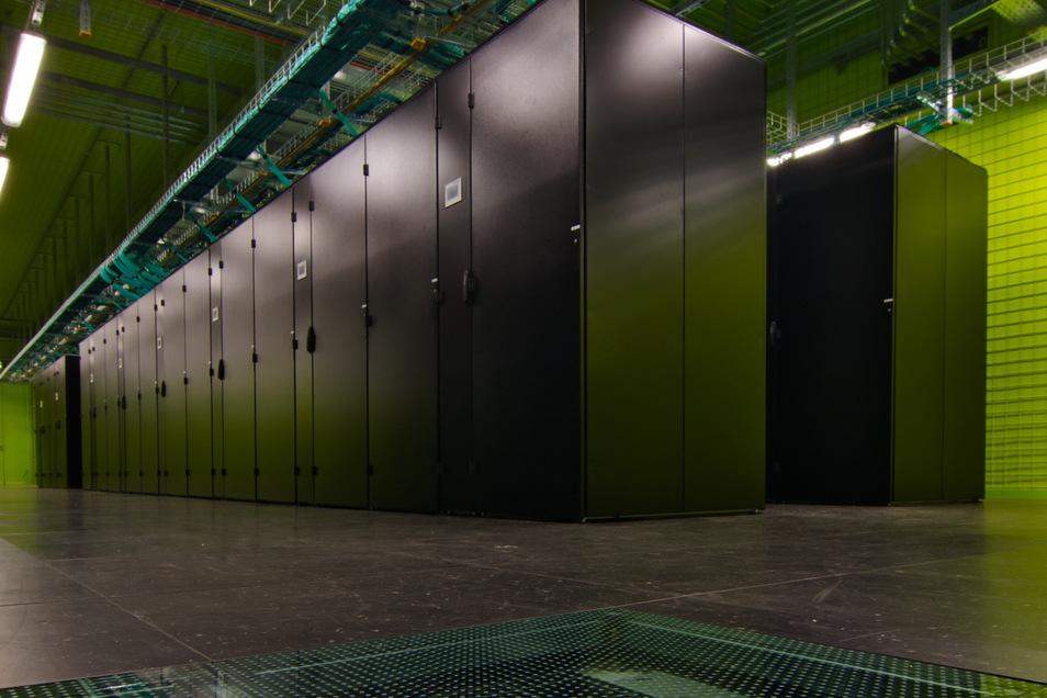 In diesen Schränken werden die Flugzeuge der Zukunft berechnet. Der neue Supercomputer Cara des DLR steht im Rechnerraum an der TU Dresden.